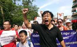 Tiến sĩ Nguyễn Xuân Diện trong cuộc biểu tình chống TQ lấn chiếm các vùng biển đảo của ta. RFA file