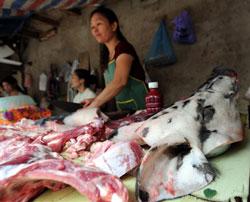 Thịt heo tươi được bày bán tại một chợ nhỏ ở Hà Nội. AFP