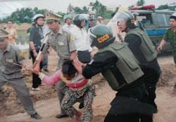 Một cảnh công an, dân phòng đàn áp phụ nữ. Photo of nuvuongcongly.