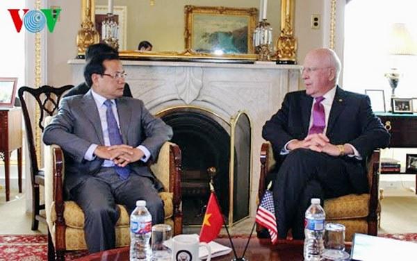 Ông Phạm Quang Nghị (trái )và Chủ tịch thường trực Thượng viện Patrick Leahy tại Washington DC.