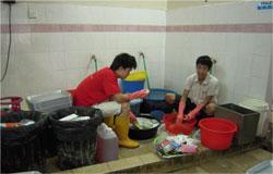 Các công nhân đang rửa chén tại quán ăn từng giúp đỡ nhiều người Việt khi trốn chạy. RFA PHOTO.