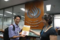 Anh Nguyễn Lân Thắng, thuộc Mạng lưới Blogger Việt Nam trao bản Tuyên bố 258 cho Đại diện Hội Đồng Nhân quyền Liên Hiệp Quốc tại Bangkok, Thái Lan hôm 31/07/2013. Photo to courtesy of Mạng lưới Blogger Việt Nam.