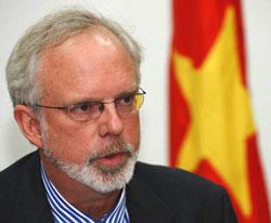 Đại sứ Mỹ David Shear trong cuộc họp báo đầu tiên tại Hà Nội vào ngày 9 tháng 9 năm 2011. AFP PHOTO/Hoang Dinh Nam.