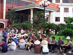 Cảnh người dân khiếu kiện đất đai trước cơ quan công quyền từ năm 2006. Photo courtesy of VietnamNet.