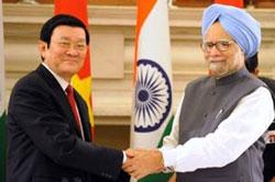 Chủ tịch nước VN Trương Tấn Sang (T) bắt tay Thủ tướng Ấn Độ Manmmohan Singh khi ông sang thăm New Delhi vào ngày 12 Tháng 10 năm 2011. AFP photo.