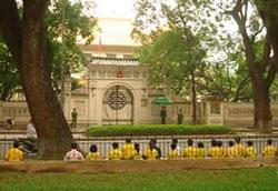 Các học viên Pháp Luân Công thiền trước lãnh sự quán Trung Quốc tại Hà Nội vào ngày 06/10/2011. Citizen photo.
