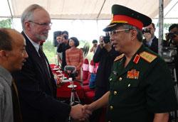 Thứ trưởng Quốc phòng Nguyễn Chí Vịnh bắt tay Đại sứ Hoa Kỳ tại Việt Nam David Shear. AFP photo