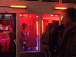 Những cô gái bán dâm tự đứng trong cửa kính như món hàng ở các khu hợp thức hoá. Nguoiduatin