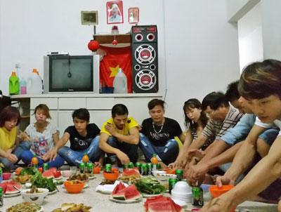 Công nhân Việt nam tổ chức ăn tập thể, phía sau thấy cờ đỏ sao vàng. Photo Tường An RFA