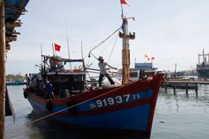 Tàu đánh cá vừa đánh bắt về cặp bến Cảng cá Kỳ Hà - Quảng Nam hôm 05/07/2011. RFA PHOTO.