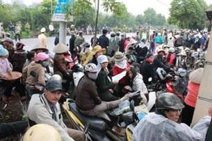 Dù không được vào dự tòa, hàng trăm người dân Văn Giang đã theo dõi phiên tòa tại cổng TAND huyện Văn Giang.