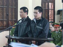Hai bị cáo Nguyễn Tuấn Dũng (trái) và Đinh Văn Huỳnh (phải) trước toà. Source nguyen xuan dien