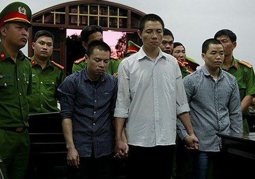 Ba nông dân (từ trái qua) Đặng Văn Hiến, Ninh Viết Bình và Hà Văn Trường tại phiên tòa sơ thẩm ở Đắk Nông ngày 03/01/2018. Tòa án tuyên lần lượt các bản án tử hình, 20 năm tù giam và 12 năm tù giam đối với ba nông dân này.