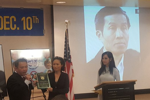 Nhà báo Huỳnh Việt Lang (trái) và bà Đinh Ngọc Thu nhận giải Nhân Quyền 2017 thay ông Nguyễn Hữu Vinh-Anh Ba Sàm.