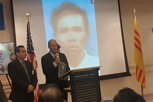 Ông Vũ Hoàng Hải (trái) và Mục sư Y Phương nhận giải Nhân Quyền 2017 thay Mục Sư Y Yich.