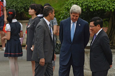 Ngoại trưởng Mỹ John Kerry (thứ hai từ phải) trò chuyện với Bộ trưởng ngoại giao Việt Nam Phạm Bình Minh (phải) trong khi chờ Tổng thống Mỹ Barack Obama tại Phủ Chủ tịch Hà Nội ngày 23 tháng 5 năm 2016. AFP photo
