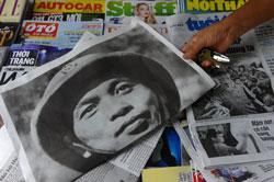 Báo chí Việt Nam đăng tải hình ảnh Đại tướng Võ Nguyên Giáp, ảnh chụp ngày 05 tháng 10 năm 2013 tại Hà Nội. AFP PHOTO.