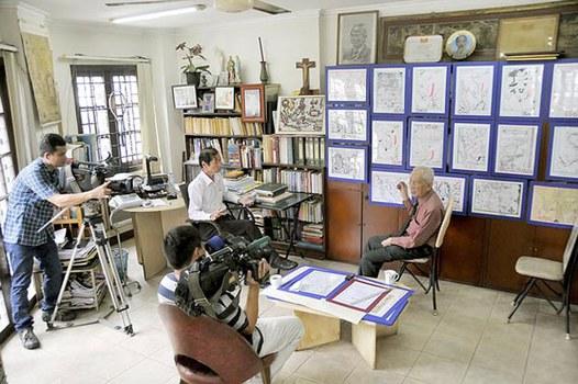 Nhà nghiên cứu Nguyễn Đình Đầu (bìa phải) khi tham gia thực hiện bộ phim Biển đảo Việt Nam - Nguồn cội tự bao đời.
