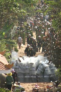 Lực lượng công an dày đặc trong ngày cưỡng chế đất tại huyện Văn Giang hôm 24/4/2012. Thính giả gửi RFA