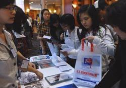 Sinh viên Việt Nam tại Hội chợ Giáo dục Hoa Kỳ tại Hà Nội vào ngày 08/04/2011. AFP