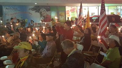Đồng hương quanh vùng Little Saigon thắp nến ủng hộ và cầu nguyện cho phong trào đấu tranh của đồng bào trong nước hôm 8/10/2016. Photo by Ngoc Lan