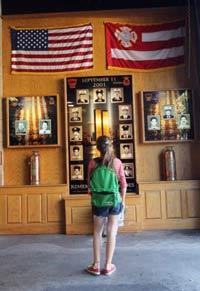 Một cô gái tại một đài tưởng niệm nhân viên cứu hỏa thiệt mạng do vụ khủng bố WTC vào ngày 11/9/2001. Ảnh chụp ngày 09 tháng 9 năm 2011 tại New York. AFP