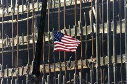 Cờ Hoa Kỳ được treo trước Tòa tháp đôi vào ngày 22/9/2001. AFP