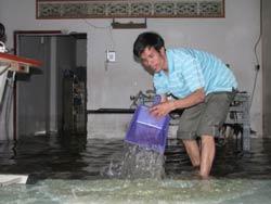 Người dân tự ứng phó khi nước tràn vào nhà. Photo courtesy of tinviet