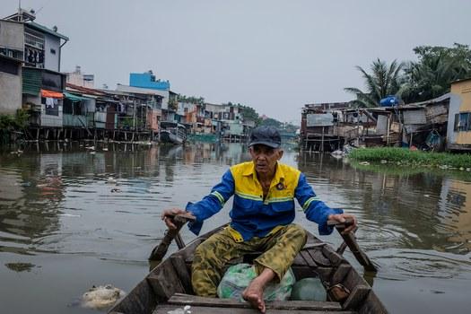 Hình minh hoạ. Một người dân chèo thuyền trên kênh Xuyên Tâm ở TP Hồ Chí Minh hôm 13/10/2018