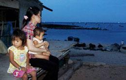 Thân nhân các ngư dân ngày đêm ngóng chờ. Source Tuoitreonline