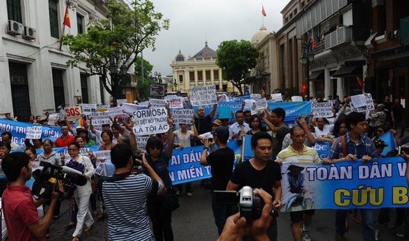 Người dân Hà Nội biểu tình chống tập đoàn Đài Loan Formosa ở trung tâm thành phố Hà Nội vào ngày 01 tháng 5 năm 2016.