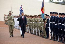 Tổng Thống Hoa Kỳ Barack Obama duyệt hàng quân danh dự khi đến Úc hôm 16/11/2011. White House Photo/Pete Souza.