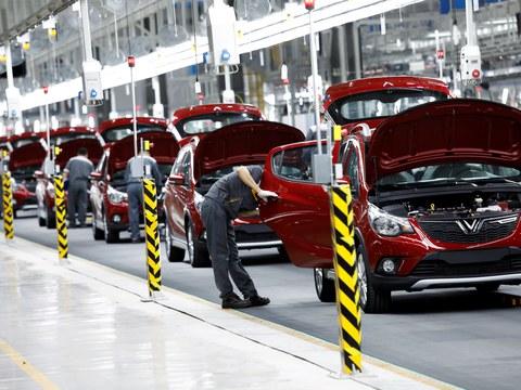 Công nhân đang làm việc tại nhà máy chế tạo xe hơi của Vingroup ở Hải Phòng.