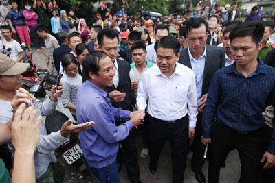 Chủ tịch Hà Nội Nguyễn Đức Chung (áo trắng) xuống xã Đồng Tâm, huyện Mỹ Đức, Hà Nội vào ngày 22 tháng 4 năm 2017.