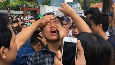 Một người biểu tình bị xịt hơi cay trong cuộc biểu tình ngày 8/5/2016.