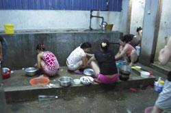 Khu bếp và phòng vệ sinh của công nhân xuất khẩu lao động Malaysia. Hình minh họa. RFA files