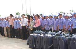 Công nhân lao động tập trung lên đường sang Malaysia làm việc. RFA files