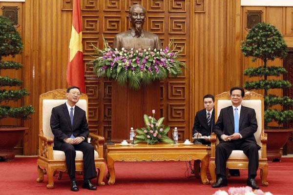 Thủ tướng VN Nguyễn Tấn Dũng (P) tiếp Ủy viên Quốc vụ Viện Trung Quốc Dương Khiết Trì tại Hà Nội hôm 18/6/2014