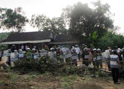 Hơn 100 công an tỉnh Hà Tĩnh được điều tới để giải vây cho những viên công an bị bắt tại xã Bắc Sơn hôm 10/4/2014. Courtesy ĐSPL.