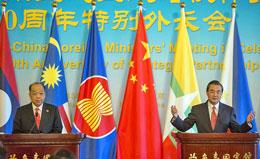 Hiệp hội các quốc gia Đông Nam Á (ASEAN)-Trung Quốc: Bộ trưởng Ngoại giao Thái Lan, ông Surapong Towichukchaikul (trái) và người đồng cấp Trung Quốc của ông Bộ trưởng Wang tham dự một cuộc họp báo sau cuộc họp đầu tiên của họ tại Diaoyutai State Guesthouse ở Bắc Kinh ngày 29 tháng 8 , năm 2013.