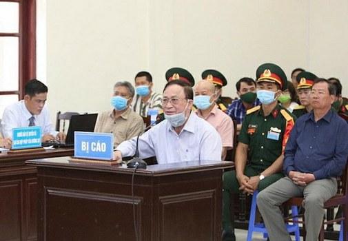 Cựu Thứ trưởng Bộ Quốc phòng-Đô đốc Nguyễn Văn Hiến (ở giữa) tại phiên toà xét xử hôm 18/5/2020.