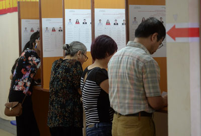 Cử tri đang điền phiếu bầu tại một điểm bầu cử ở Hà Nội hôm 22/5/2016. AFP photo