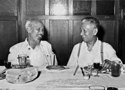 Chủ tịch TQ Lưu Thiếu Kỳ (phải) tiếp Chủ tịch Hồ Chí Minh tại Bắc Kinh tháng 8 năm 1959. AFP PHOTO.