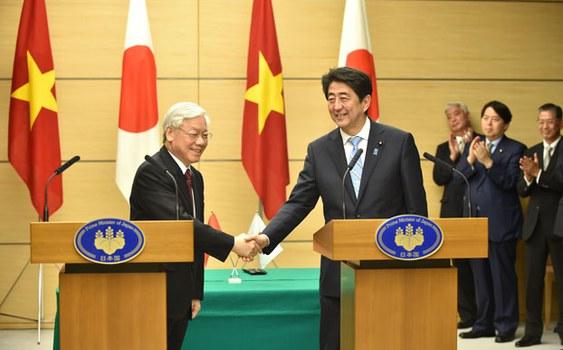 Ông Nguyễn Phú Trọng (trái) và TT Shinzo Abe (phải) tại Tokyo ngày 15 tháng 9 năm 2015.