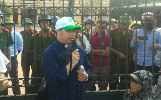 Linh mục Antôn Đặng Hữu Nam cùng 600 ngư dân huyện Quỳnh Lưu đã đến tòa án thị xã Kỳ Anh gửi đơn kiện Formosa vào ngày 26 và ngày 27 tháng 09 năm 2016.