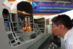 Một người đang xem xét mô hình lò phản ứng điện hạt nhân Đông Phương của Trung Quốc tại cuộc triển lãm về điện hạt nhân được tổ chức tại Hà Nội vào ngày 28 tháng 5 năm 2010. AFP photo