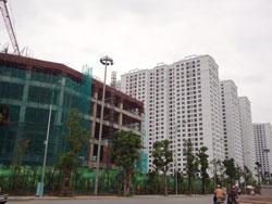 Công trình xây dựng nhà cao tầng ở Hà Nội hôm 24/7/2013. RFA PHOTO.