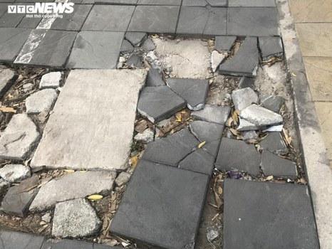 Đá lát vỉa hè Hà Nội bị hư hỏng sau 1-2 năm sử dụng.