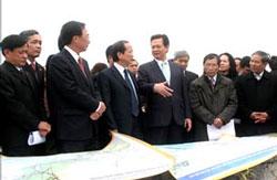 Thủ tướng Nguyễn Tấn Dũng và lãnh đạo thành phố Hải Phòng thị sát thực địa khu vực quy hoạch dự án sân bay quốc tế tại xã Vinh Quang, huyện Tiên Lãng. Photo: baohaiphong.com