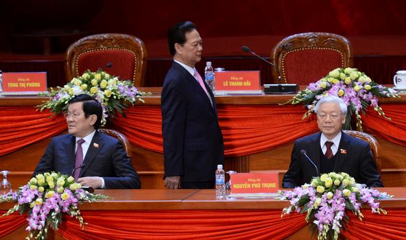 Hình minh họa. Thủ tướng Nguyễn Tấn Dũng (giữa) đang đi đằng sau ghế của Chủ tịch nước Trương Tấn Sang (trái) và Tổng Bí thư Nguyễn Phú Trọng tại đại hội đảng ở Hà Nội hôm 26/1/2016